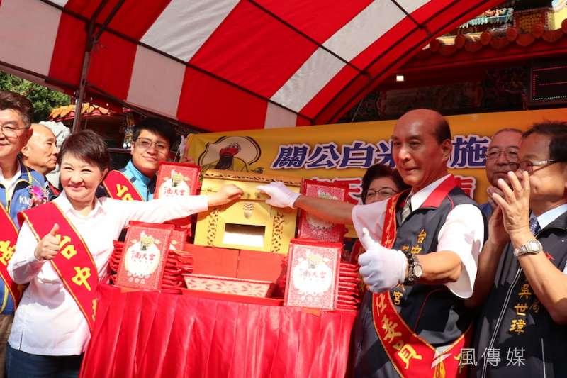 台中市長盧秀宴跟南天宮主委張光雄一起大開米庫,宣布2020關公白米佈施啟動。(圖/記者王秀禾攝)