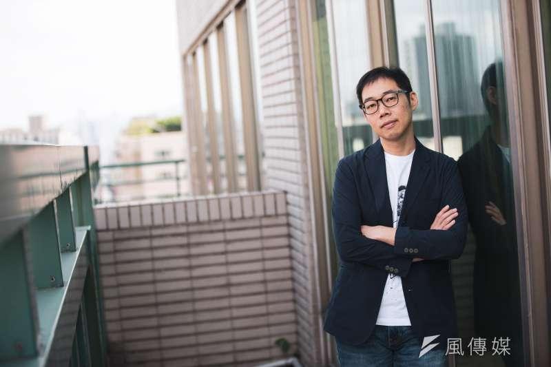 導演林書宇接受風傳媒專訪,一談在拍攝《夕霧花園》期間汲取的經驗。(簡必丞攝)