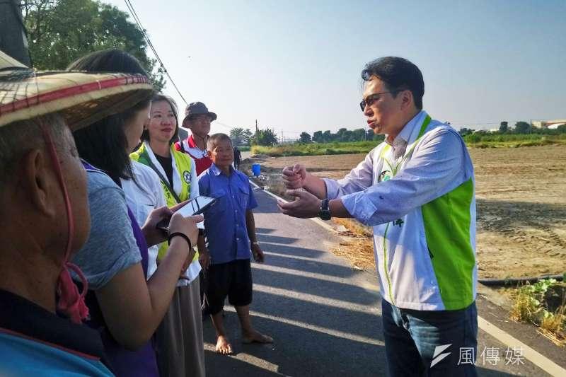 邱志偉向農民說明農地排水建設工程。(圖/徐炳文攝)