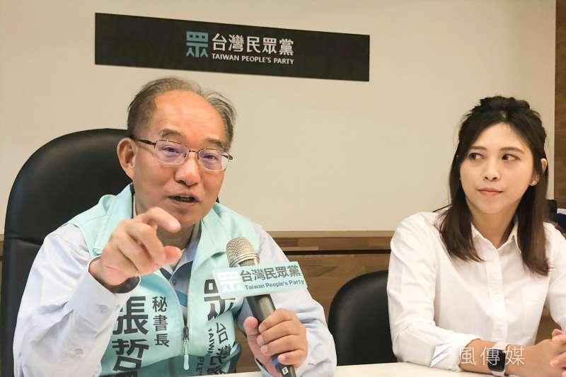 台灣民眾黨30日下午由秘書長張哲揚(左)、發言人陳思宇(右)召開記者會,公布目前民眾黨黨員人數。(方炳超攝)