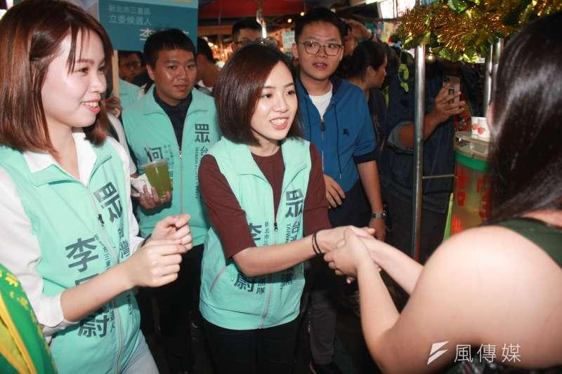 黃瀞瑩(中)30日下班後,前往新北三重的三和夜市,為黨籍立委參選人李旻蔚輔選。(方炳超攝)