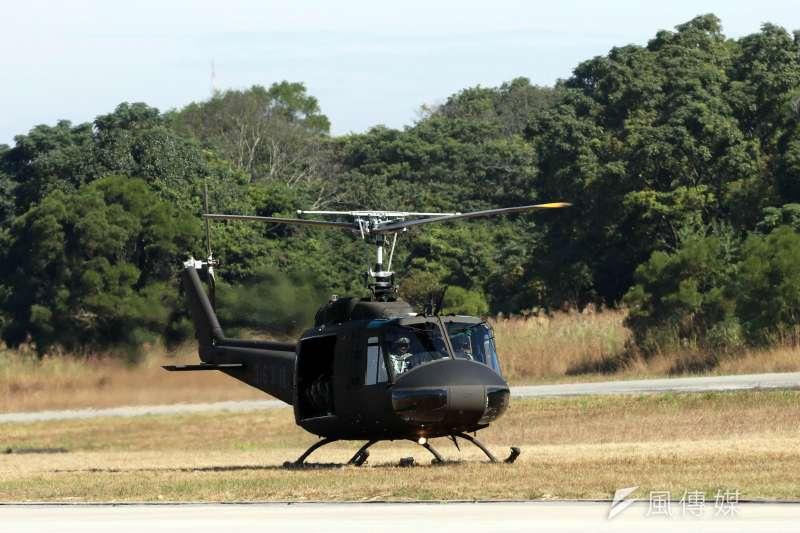 陸軍30日舉行UH-1H直升機及UH-60M「黑鷹」直升機的除役暨成軍典禮,在台服役超過40年的UH-1H直升機正式走入歷史。(蘇仲泓攝)