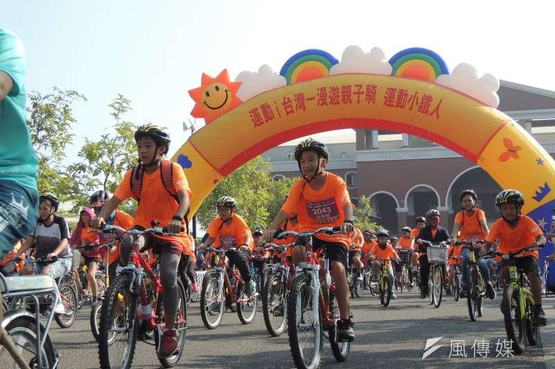 臺南市體育處辦理「漫遊親子騎-運動小鐵人」,活動現場約有1200人共襄盛舉。(圖/徐炳文攝)