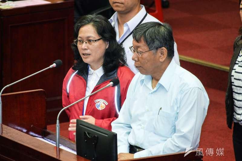 台北市勞動局長賴香伶(左)列台灣民眾黨不分區立委名單首位,台灣基進質疑她是否敢為鴻海血汗工廠背書。圖右為台灣民眾黨主席、台北市長柯文哲。(資料照,蔡親傑攝)