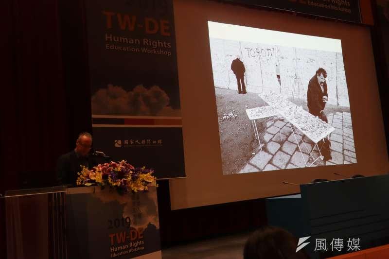 10月31日,台德人權教育工作坊上,柏林圍牆基金會典藏與檔案主任維希曼進行介紹。(蔡娪嫣攝)