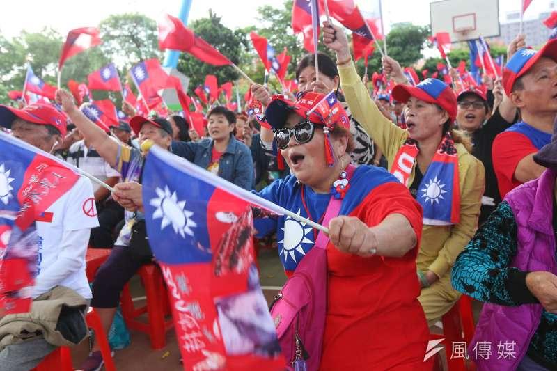 作者表示,對於他這個年紀的五年級生,對於中華民國這個國號,及青天白日滿地紅的國旗,都有很深的情感。對於年輕時代,他們應該也不反對這國號及國旗,但它代表的是台澎金馬這塊土地,以及自己所選出來的民主政府,這個國家。(資料照,顏麟宇攝)