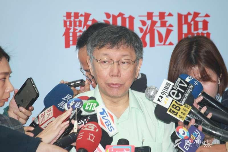 台北市長柯文哲31日上午前往文山區實踐國中,參加智慧教育成果發表會。(方炳超攝)