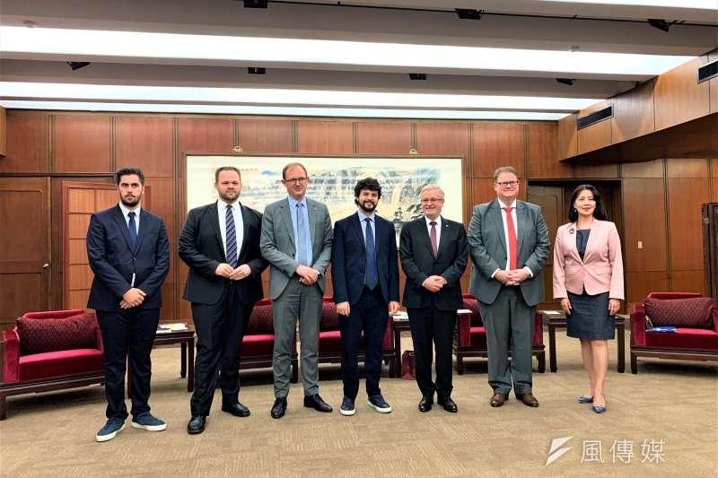 歐洲議會友台小組主席凱勒(右3)及歐洲議員和外交部發言人歐江安(右1)合照(簡恒宇攝)