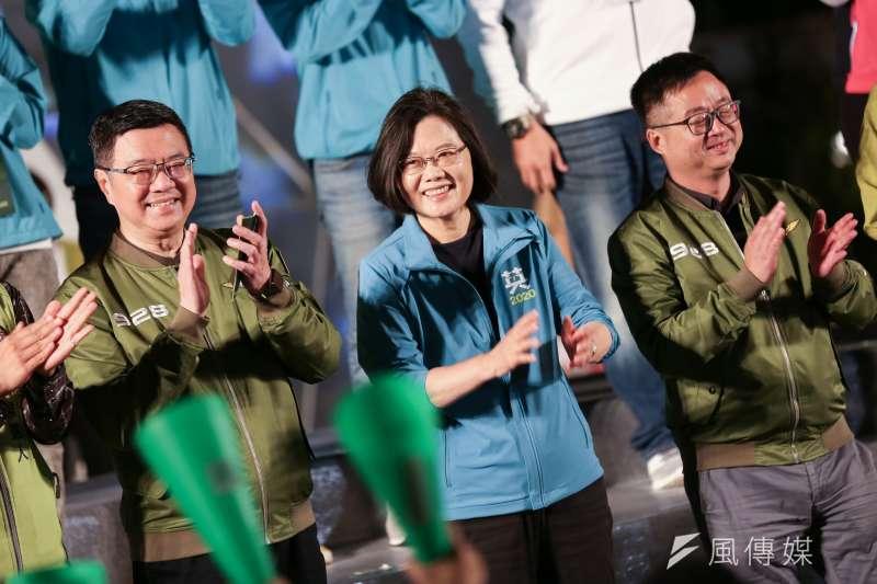 總統蔡英文(中)3日暗酸高雄市長韓國瑜,表示高雄市議會現在要問員工的工作進度,員工竟然請假,還跑去「面試另一個工作」。(資料照,簡必丞攝)