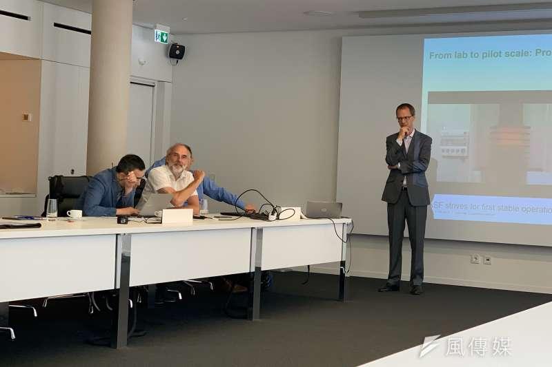 20191101-俞歡專題-巴斯夫能源與氣候政策主管克勞斯‧貝克曼(Claus Beckmann)(左二)。(尹俞歡攝)