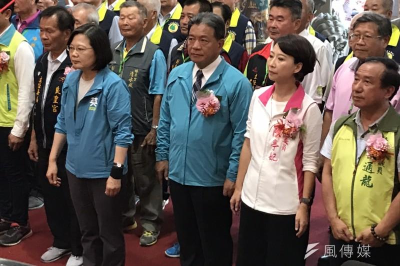 總統蔡英文今(2)日都在台南跑行程,下午到麻豆草店尾良皇宮參拜,並且進行贈匾「蹈仁澤民」的揭牌儀式。右三是台南市議會議長郭信良,右二是陳亭妃。(黃信維攝)