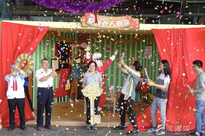 為協助家扶孩子實現聖誕節願望,錠嵂藍鵲、新東陽投入「聽見孩子聖誕心願」,在高速公路清水服務區設立第一座聖誕老人的家藝術裝置。(圖/王秀禾攝)
