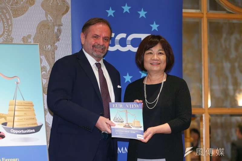 國發會主委陳美伶(右)5日代表台灣接受歐洲商會的2020年建議書,左為歐洲商會理事長尹容。(顏麟宇攝)