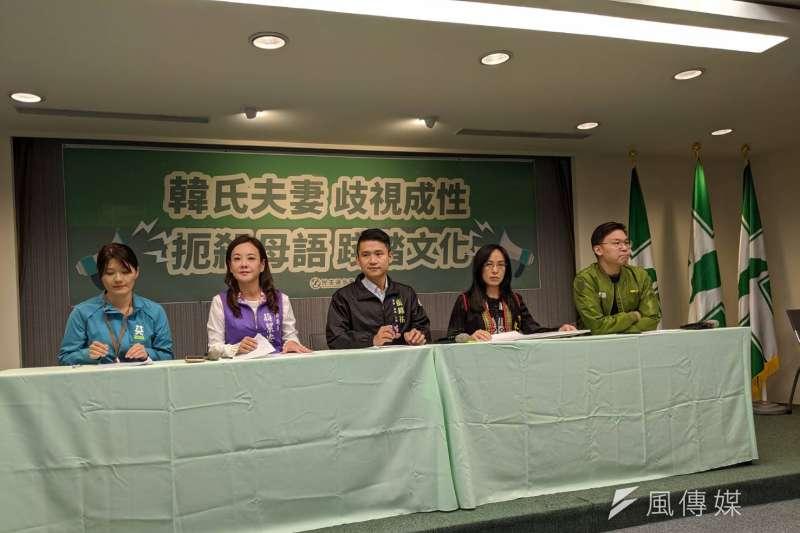 國民黨總統參選人韓國瑜夫人李佳芬日前批評學校推動母語教育是「浪費資源」。民進黨中央5日由副秘書長林飛帆(右一)率不同語言族群的立委參選人舉行記者會反擊。(林瑋豐攝)