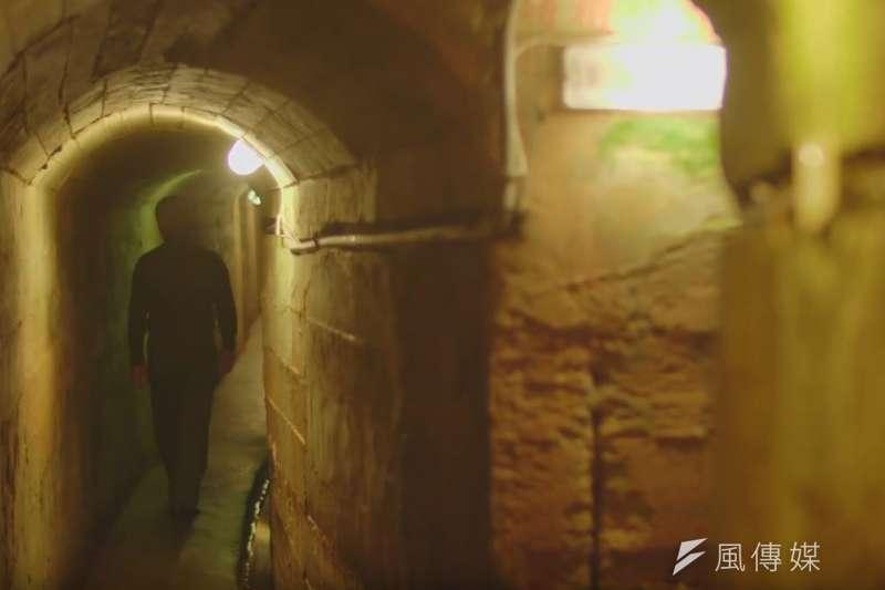 因應戰爭的所需而開挖的翟山坑道,是金門老兵的共同回憶。(圖/金門縣政府提供)