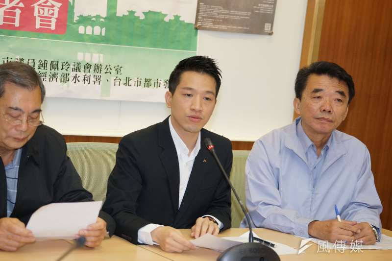 民進黨立委何志偉(中)21日在臉書發布影片推廣「口罩套」,盼能延長醫療口罩使用期限。(資料照,盧逸峰攝)