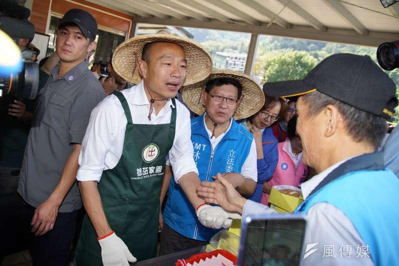 國民黨總統參選人韓國瑜八年前買房不成的紀錄都成為被黑的材料。圖為韓國瑜拜訪拙茁家園,與農民互動。(盧逸峰攝)