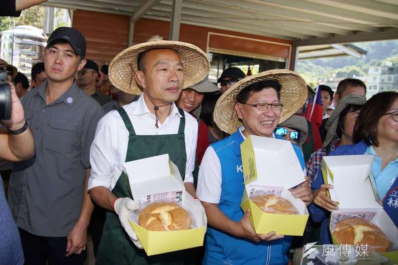 20191107-國民黨總統參選人韓國瑜7日參訪拙茁家園,與農民互動、立委參選人林思銘(右)陪同。(盧逸峰攝)