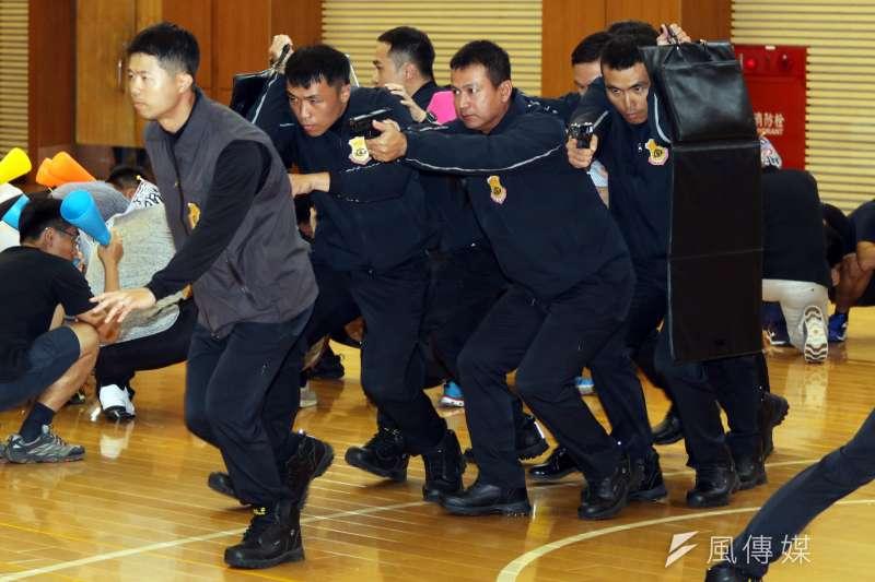 國安局特勤中心7日舉行「安維7號專精訓練結訓編成典禮」,典禮中也模擬特勤隨扈掩護候選人迅速脫離。(蘇仲泓攝)