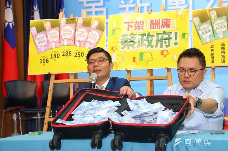 國民黨立委許毓仁(左)、市議員張斯綱(右)7日召開「下架酬庸蔡政府記者會」。(顏麟宇攝)