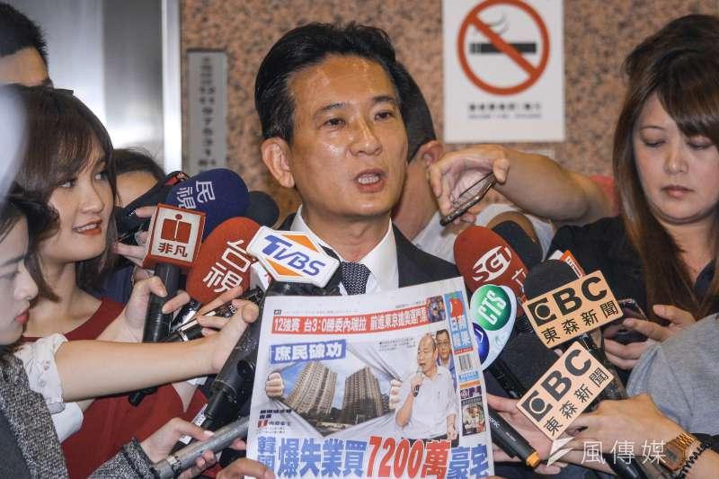 20191107-立委林俊憲出示證據指控高雄市長韓國瑜「庶民」買豪宅竟施壓業主台肥借款說明會。(蔡親傑攝)