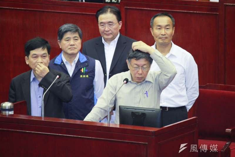 台北市長柯文哲(前右)8日赴台北市議會備詢,針對議員提出的大巨蛋案防災避難模擬問題進行說明。(方炳超攝)