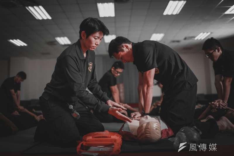 20191108-國安局特勤中心首度推出形象月曆,女特勤夏鳳義展現高級救護員專業的一面。(特勤中心提供)