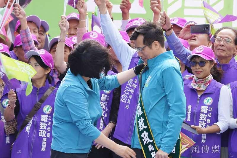 20191109-總統蔡英文9日出席立委羅致政競選總部成立大會,並為羅致政披上競選綵帶。(盧逸峰攝)