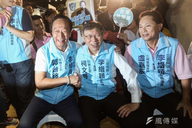 台灣民眾黨主席柯文哲(中)20日表示,鴻海創辦人郭台銘(左)在政治上很天真,跟政治老狐狸玩起來,真的是被欺負的。(資料照,簡必丞攝)
