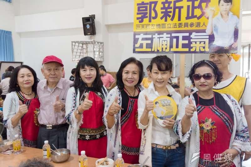 無黨籍立委參選人郭新政(右二)在果貿舉辦的敬老活動,來了四百多居民支持。(圖/徐炳文攝)