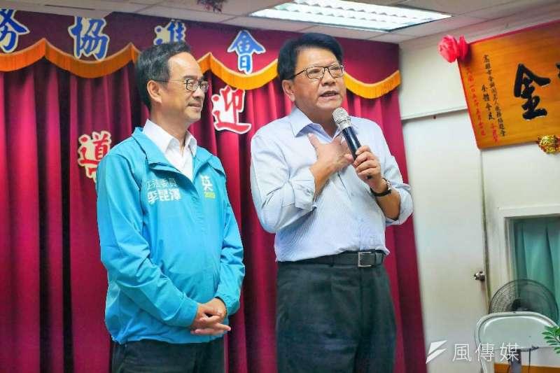 屏東縣長潘孟安(右)陪同立委李昆澤探訪老人協進會,受到長輩熱烈歡迎。(圖/徐炳文攝)