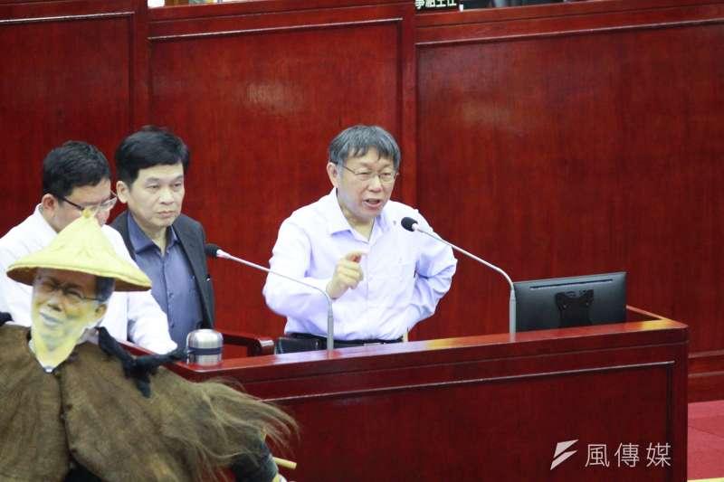 台北市長柯文哲(見圖)12日赴台北市議會接受市政總質詢,民進黨台北市議員王世堅在議場內放了一尊稻草人。(方炳超攝)