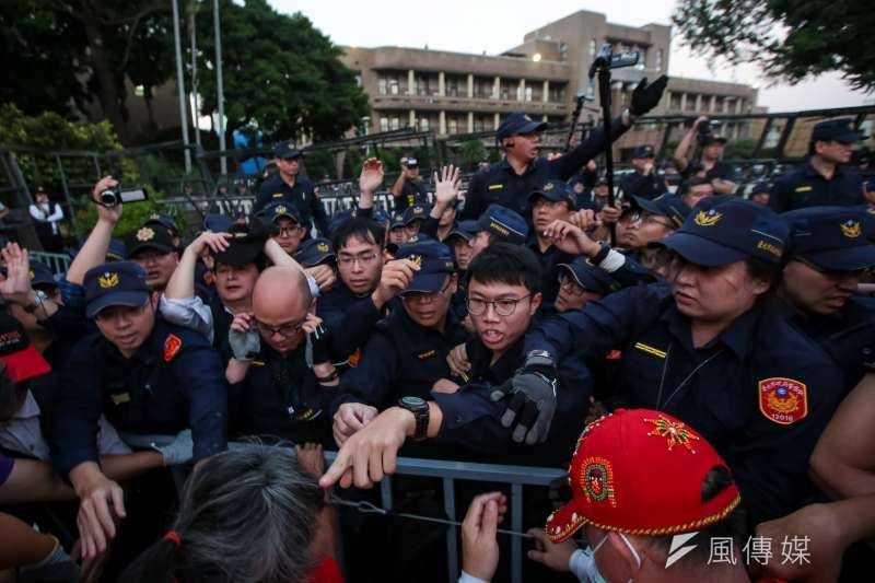 20191112-中華民國退警總會12日至政院前抗議太陽花國賠,與警方發生推擠衝突。(顏麟宇攝)