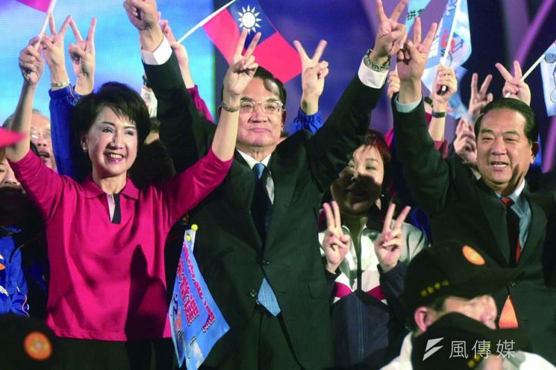 2004年宋楚瑜(右)屈就連戰(中)當副手,仍無法在總統戰局取勝。(林瑞慶攝)