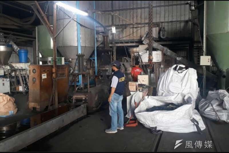 路竹地下工廠塑膠異味稽查。(圖/徐炳文攝)