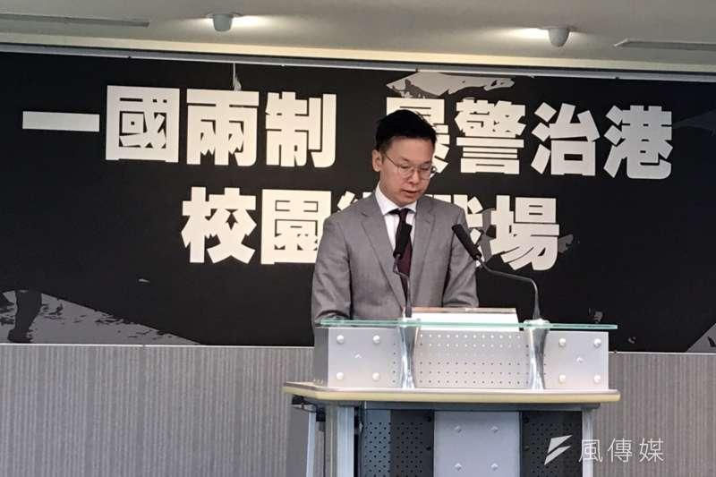 民進黨13日早上由副秘書長林飛帆召開「一國兩制、暴警治港,校園變戰場」記者會。(黃信維攝)