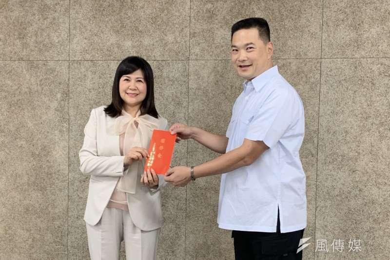 副議長陸淑美(左一)赴湖內警分局尉勞關心基層員警並頒贈獎勵金。(圖/徐炳文攝)