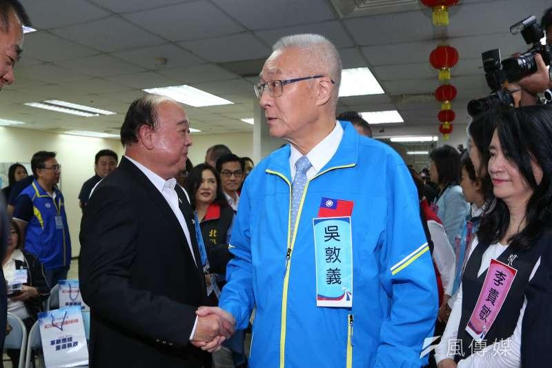 20191116-國民黨主席吳敦義16日出席第20屆中央委員第三次全體會議,與不分區立委參選人吳斯懷握手致意。(顏麟宇攝)
