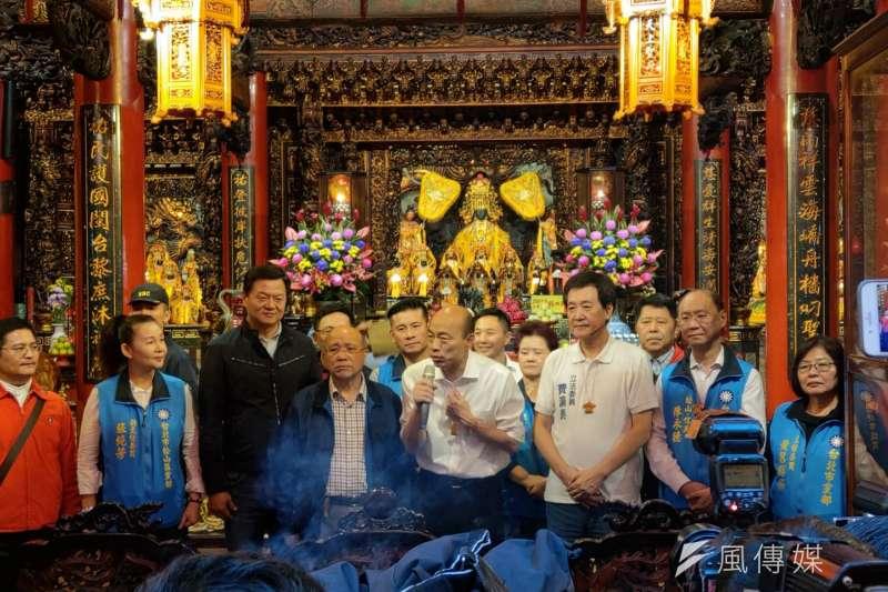 國民黨總統參選人韓國瑜到松山慈祐宮與立委費鴻泰共同上香祈福,並在現場發放平安符福袋。吸引人龍排隊。(潘維庭攝)