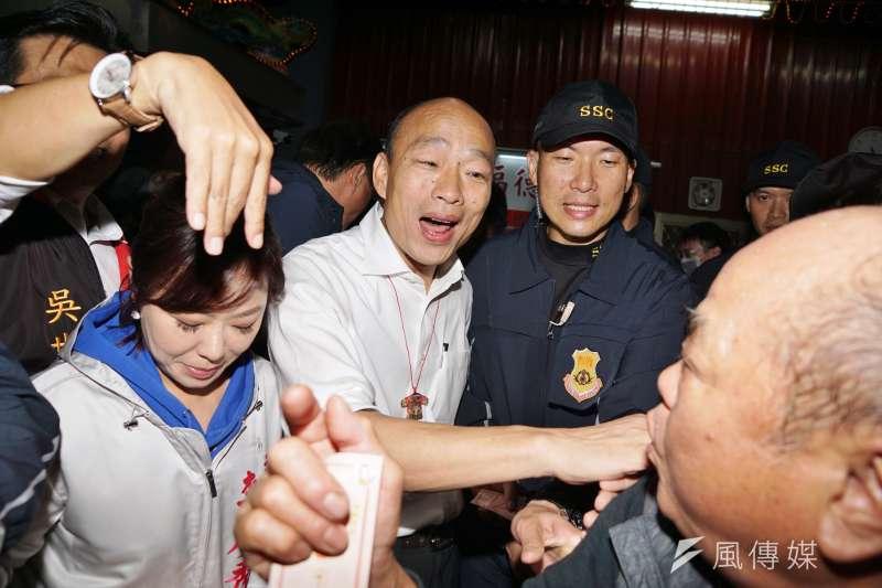 筆者指出,國民黨總統參選人韓國瑜(中)簽下「無色覺醒」這樣的主張,宿命藍也無法買單。(資料照,盧逸峰攝)