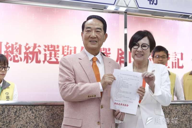 親民黨總統參選人宋楚瑜(左)受訪時坦承,曾有意讓台北市長柯文哲搭檔黃珊珊參選2020。圖為宋楚瑜與搭檔余湘(右)18日前往中選會登記參選總統。(資料照,陳品佑攝)