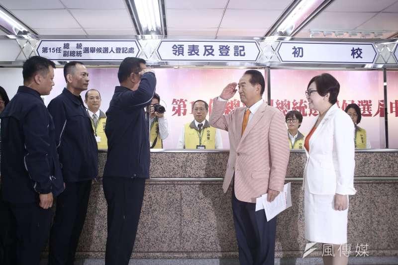 20191118-親民黨總統參選人宋楚瑜與副手余湘赴中選會正式參選登記,並與維安人員敬禮致意。(陳品佑攝)