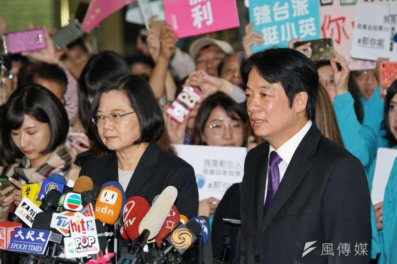 民進黨正副總統候選人蔡英文(左)、賴清德(右)19日赴中選會登記參選,蔡表示,在香港情勢惡化、中國積極介入台灣選舉情勢之下,本次登記參選格外有意義。(盧逸峰攝)