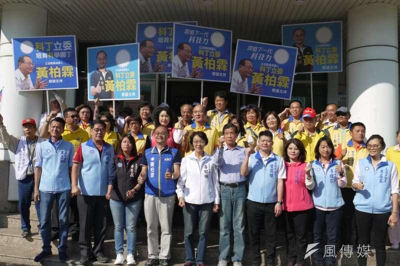立委候選人黄柏霖(第一排左四) 前往市選委會完成登記。(圖/徐炳文攝)