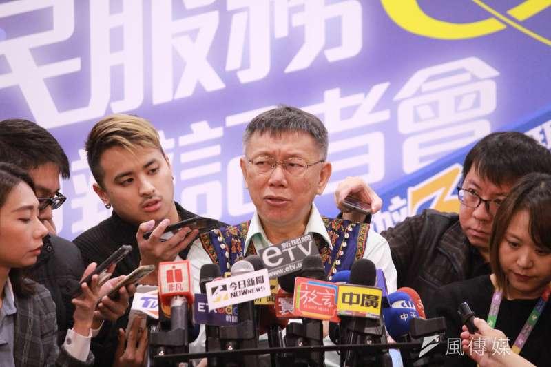 台北市長柯文哲19日上午出席市府「原民網路服務E指通」申辦服務記者會,會後接受媒體訪問。(方炳超攝)