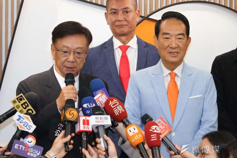 親民黨20日公布不分區立委名單,聯電榮譽副董事長宣明智位(左)列第3。(蔡親傑攝)