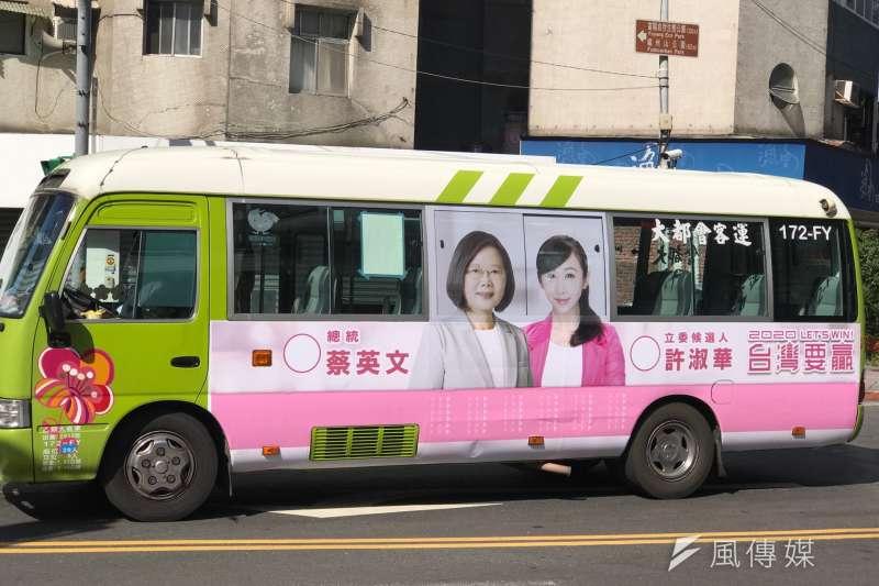在台北市信義區參選的市議員許淑華,文宣採取全粉紅色調。(風傳媒攝)