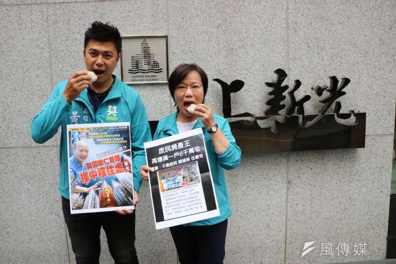 立委劉世芳(右)嘲諷韓國瑜從來沒有吃過左營的誠實豆沙包。(圖/徐炳文攝)