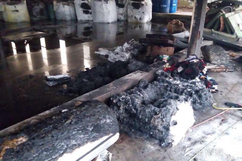 廢油泥儲存區火災現況。(圖/徐炳文攝)
