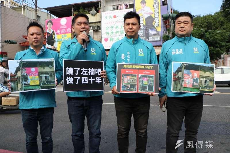 高雄市議員李柏毅(左二)、何權峰(左一)、黃文志(右二)、簡煥宗(右一)在看板照現場舉辦記者會,他們請立委黃昭順饒過左楠的鄉親。(圖/徐炳文攝)